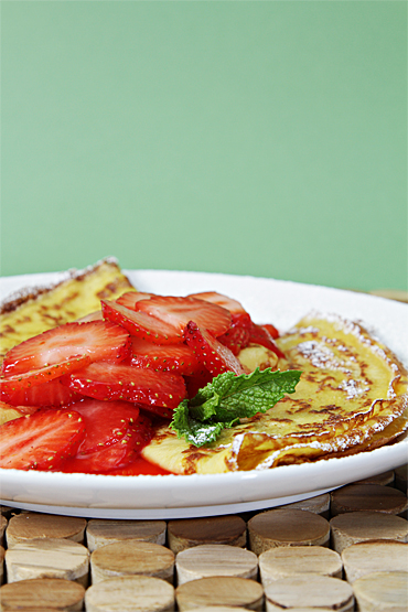 Food and Style - Crepes with strawberry compote