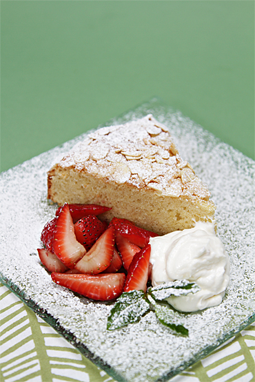 Food and Style - Almond cake with strawberries and ginger chantilly