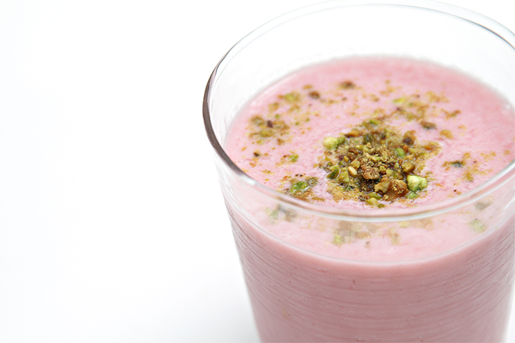 Raspberry smoothie with buttermilk and pistachios